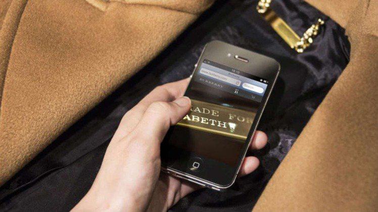 科技時尚的時代來臨,Burberry訂製大衣附有晶片,內載VIP個人資料,走進店...