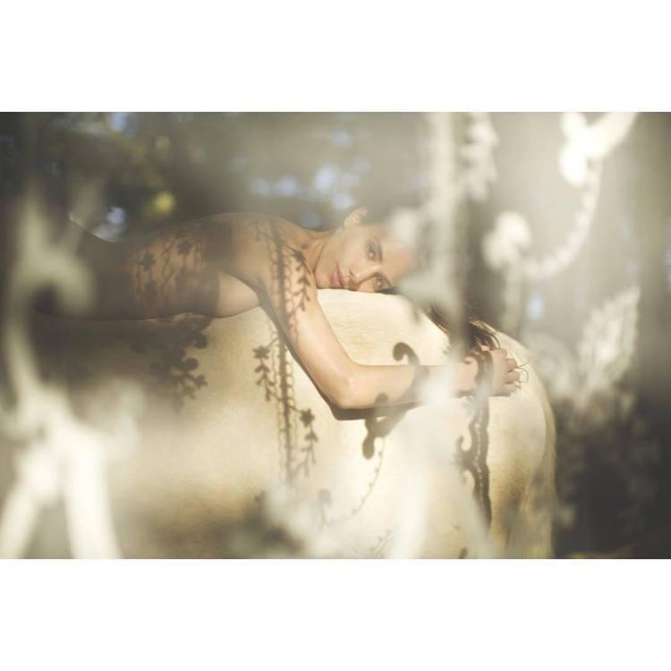 法國模特兒Elisa Meliani在IG上傳多張裸身騎馬寫真。圖/擷自inst...