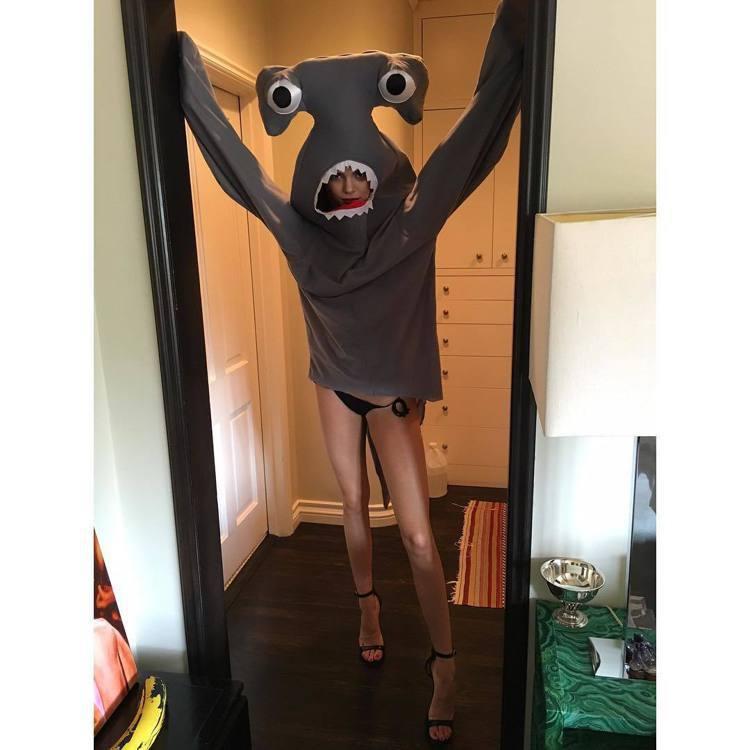 坎達爾珍娜穿鯊魚裝拍雜誌。圖/擷自instagram