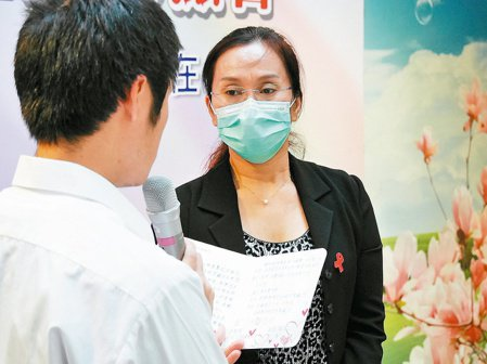愛滋病感染者的母親陳媽媽(右),在「世界愛滋日」分享心路歷程。 記者顏彙燕/攝影