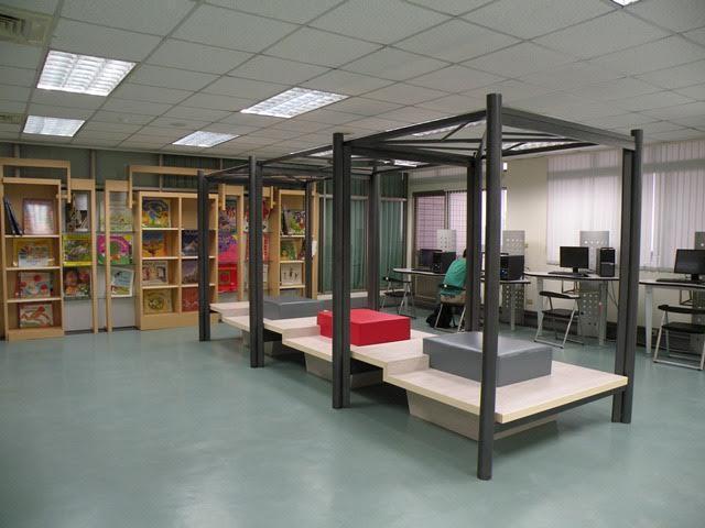 樹德科大新改造的圖書館,擺上高腳椅設計成發呆亭,師生閱讀之餘也能放空心情。記者王...