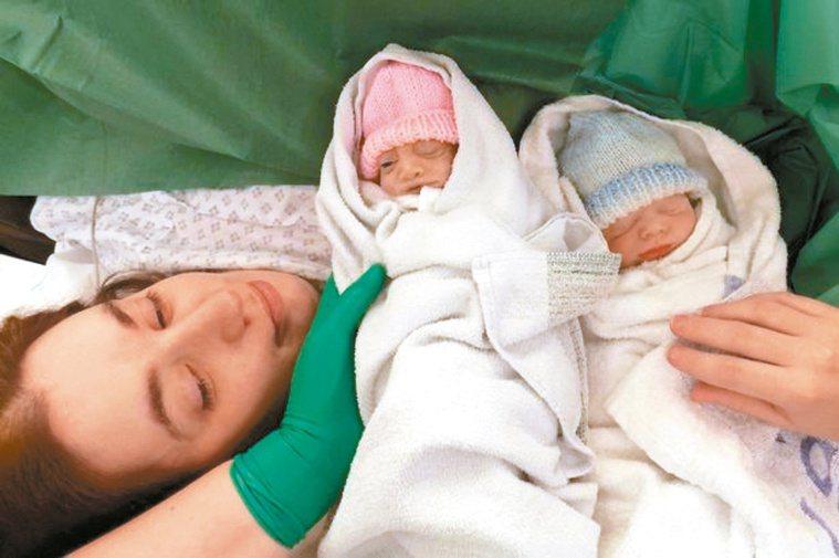英國女嬰「希望」(中)出生後睜開右眼,但74分鐘後夭折,父母捐出其器官。 取自英...