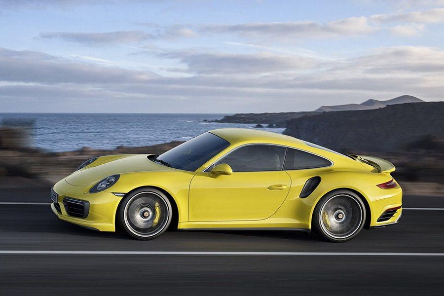 在 911 Turbo S 方面,含中央鎖孔設計的鋁圈現已改用七輻雙肋造型來取代...