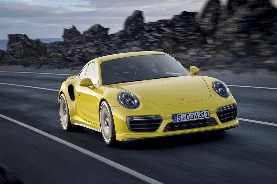 新一代 911 Turbo 沿襲了 Carrera 現有車型的多項出眾設計特徵,...