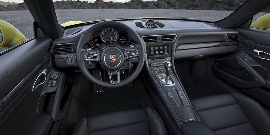 全新的 GT 跑車方向盤直徑 360 公釐,設計源自 918 Spyder,並標...