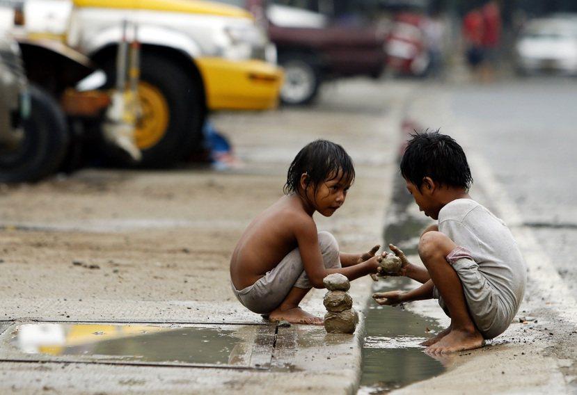 菲律賓馬尼拉一處貧民窟的孩童。圖/歐新社