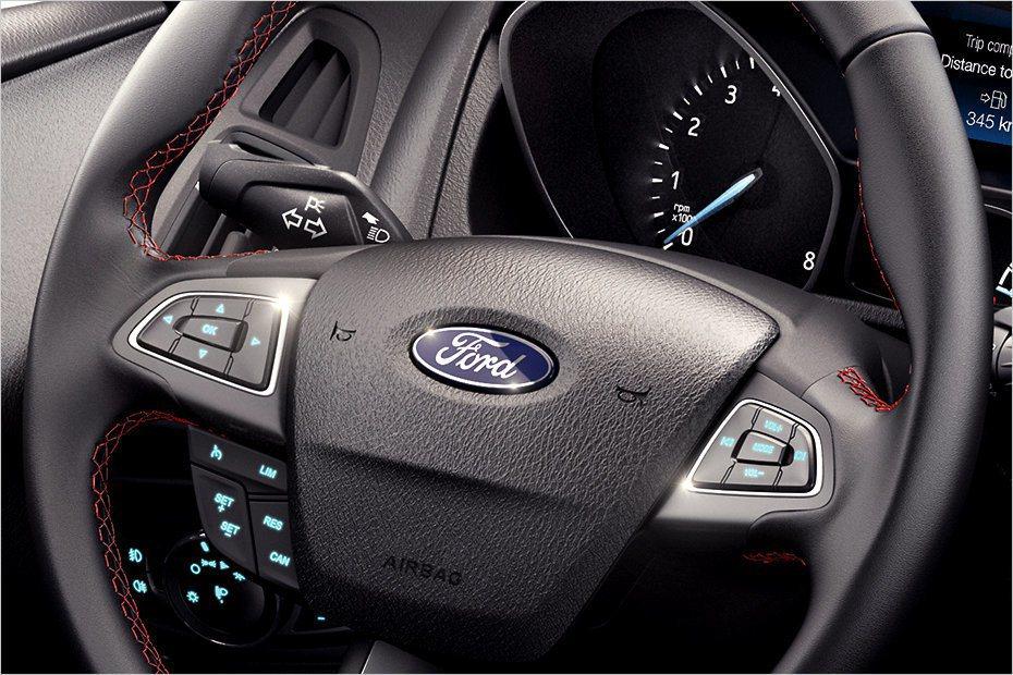 多功能方向盤也加入紅色縫線點綴。 摘自Ford.com