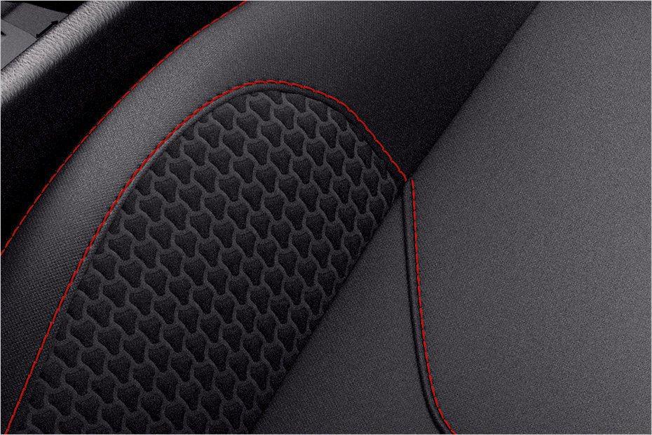 座椅部份採用紅色縫線搭配織布材質,營造熱血氛圍。 摘自Ford.com