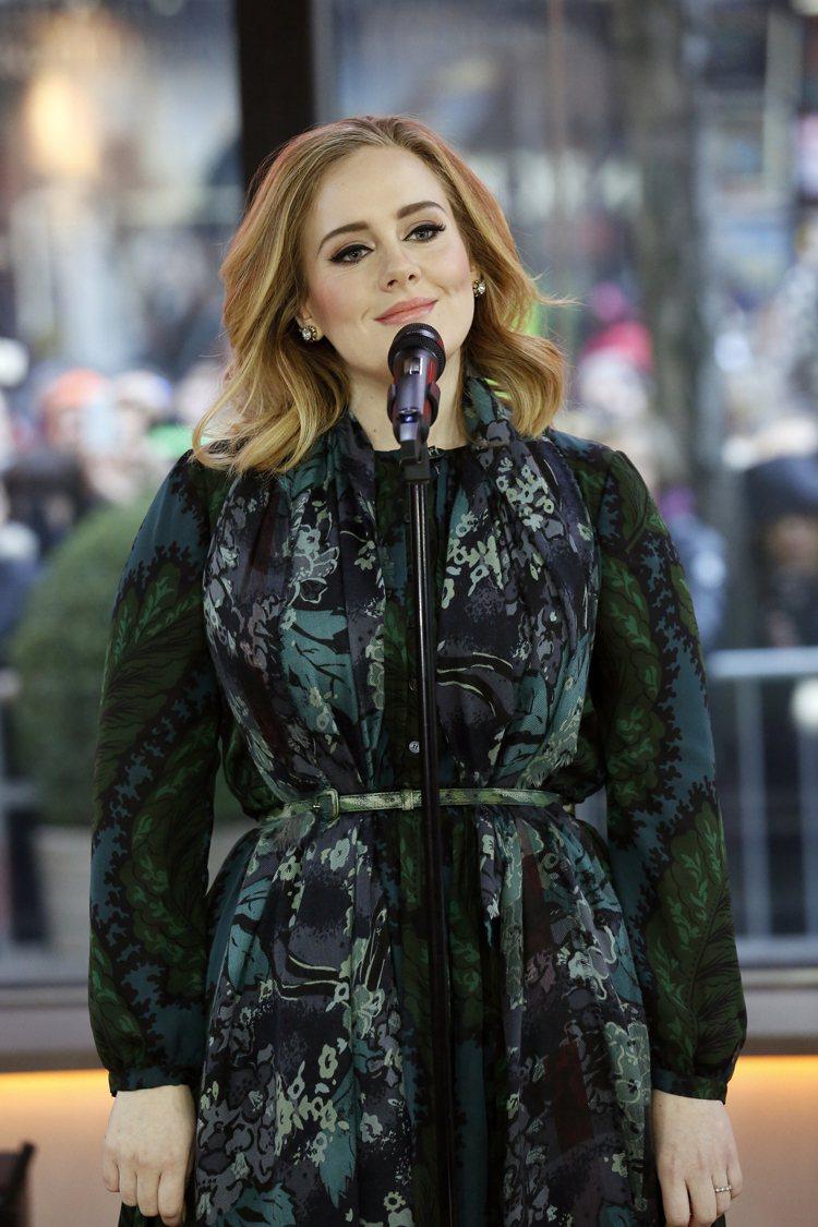 英國美聲天后Adele變美了,日前穿BURBERRY草綠色洋裝和圍巾,豔驚四座。...