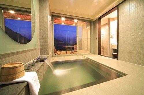 精緻客房湯池及陽台。