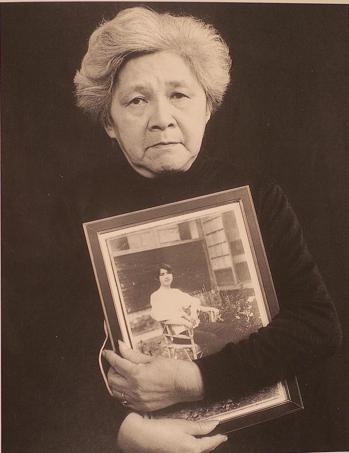 鍾浩東夫人蔣碧玉手持青年鍾浩東的相片。 圖/鍾理和文教基金會提供