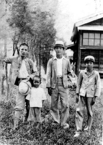 青年時期的鍾理和與表兄邱連球,攝於屏東農業學校。 圖/鍾理和文教基金會提供