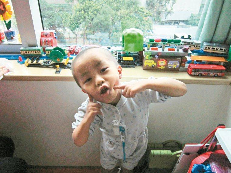 5歲的謙恩以醫院為家接近3年,最喜歡研究火車,今天將擔任列車長圓夢。 記者吳佳珍...