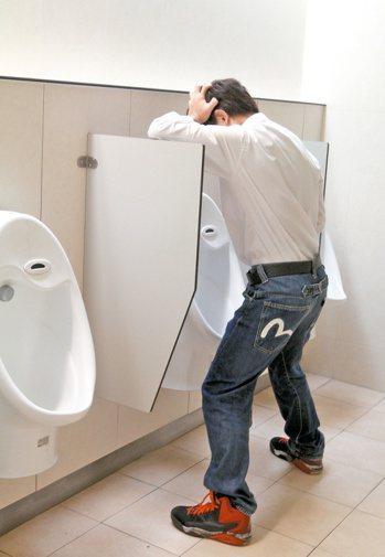男性小便若有異常症狀,應立即就醫。 報系資料照