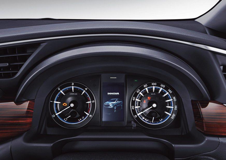 立體感十足的儀錶組,中央具備彩色顯示幕。 摘自toyota.id