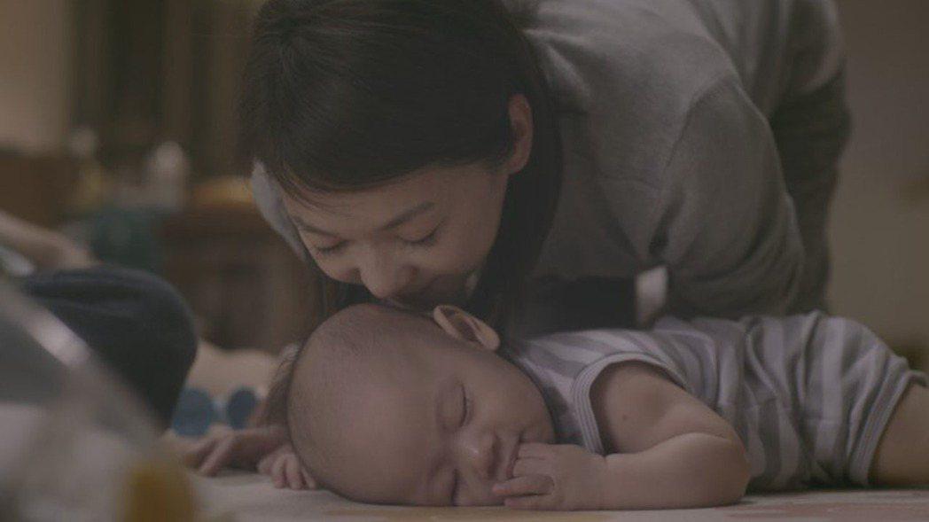 不管到哪裡,母親的心總是繫在孩子身上。媽媽雖然內心嚮往自由,但只有寶貝陪伴在身邊...