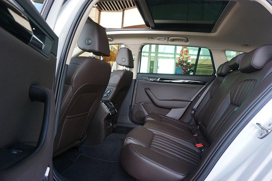 2841mm的軸距讓座艙空間增加了80mm,提供更寬裕的乘坐感。 記者敖啟恩/攝...