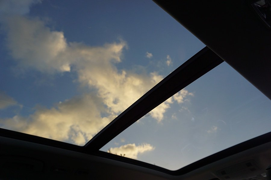 全景式天窗讓視覺變得更寬闊。 記者敖啟恩/攝影