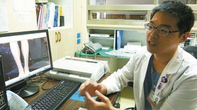 北榮玉里分院骨科醫師蔡傳恩說明醫治國中生的經過。 記者謝龍田/攝影