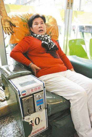 台中市邱姓婦人疑因長期坐按摩椅,造成腎臟良性腫瘤破裂出血。 記者林佩均/攝影