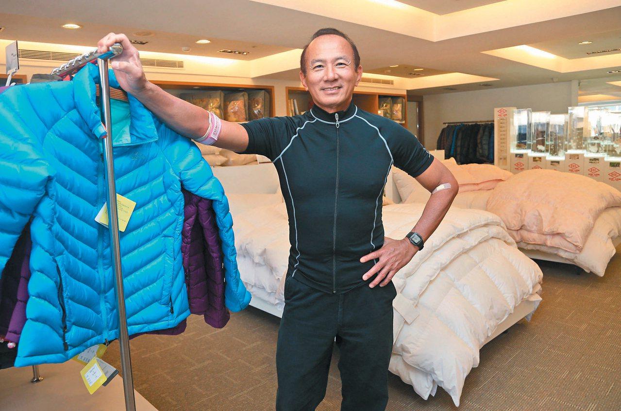 合隆毛廠總裁陳焜耀與公司生產的羽絨產品。 記者林俊良/攝影