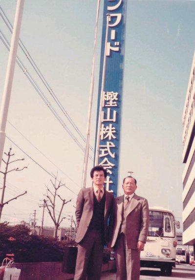 合隆總裁陳焜耀(左)當年與父親陳雲溪前往日本拓展市場。 合隆/提供