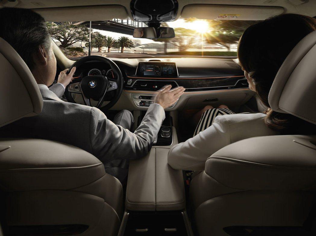 全新BMW 7系列豪華旗艦房車,以劃時代的碳纖維車身結構、手勢控制功能及豪華典雅...