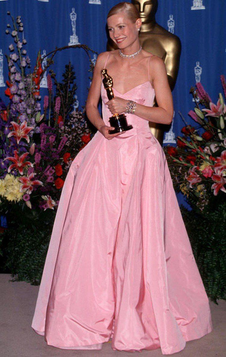 葛妮絲派特蘿在1999年憑著《莎翁情史》一片拿下奧斯卡最佳女主角,當時她穿著一襲...