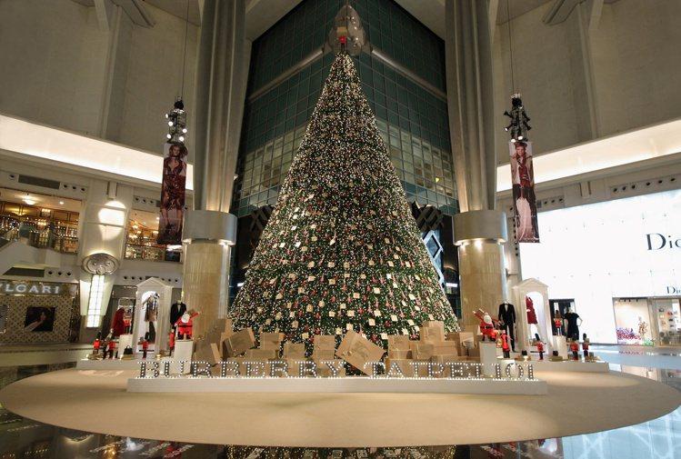 Burberry 今年耶誕節與台北101購物中心攜手合作,在品牌旗艦店所在的10...