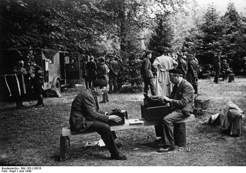 1940年6月22日正在貢比涅報導法國簽署停戰協定的威廉‧夏伊勒(右)。/維基共...