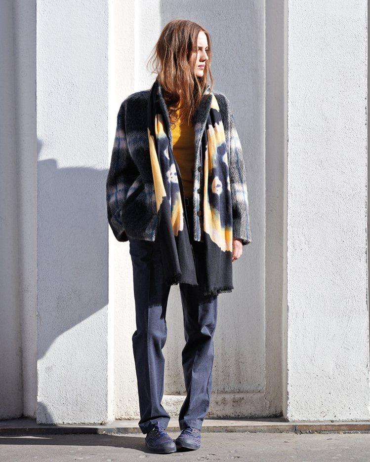 毛海格紋大衣(短) 14,280元,圖騰圍巾,5,580元。圖/BENSIMON...