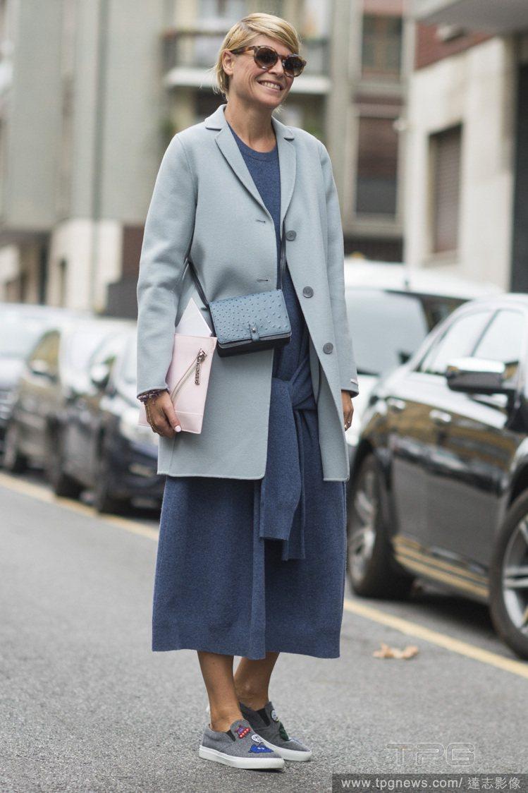 休閒感套裝搭同色系深淺不同的大衣也可穿出正式感。圖/達志影像