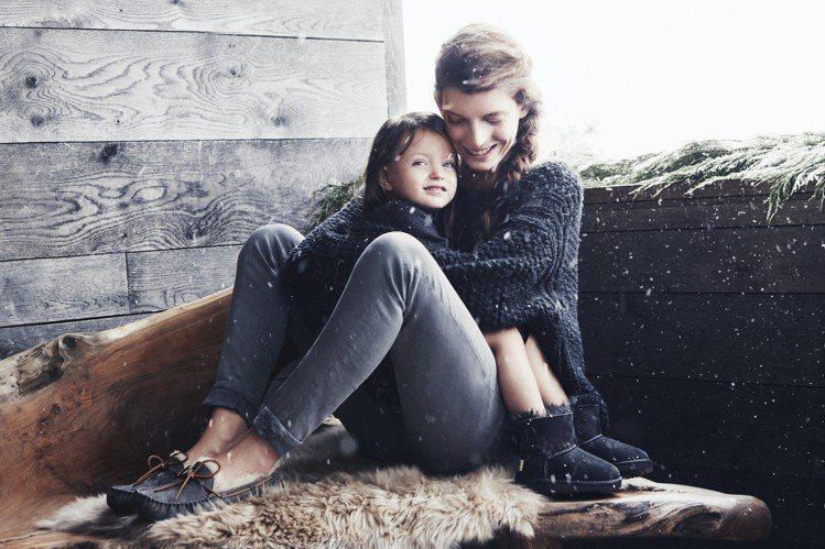 UGG雪靴以擁抱為主題,拍攝溫暖歡聚的形象圖。圖/UGG提供