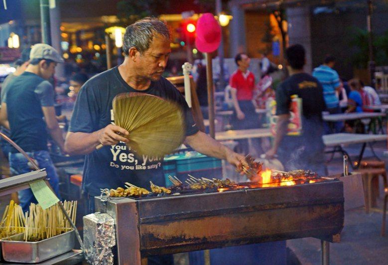 說到新加坡,他們又是如何管理街頭攤販的,有沒有值得台灣參考的地方? 圖擷自Fli...