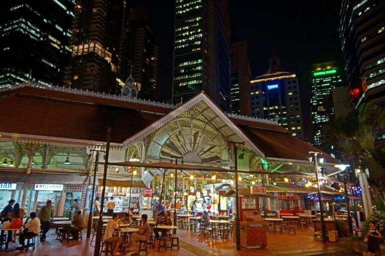 新加坡政府在各地設熟食中心以集中管理流動攤販。 圖擷自Flickr:Allie_...