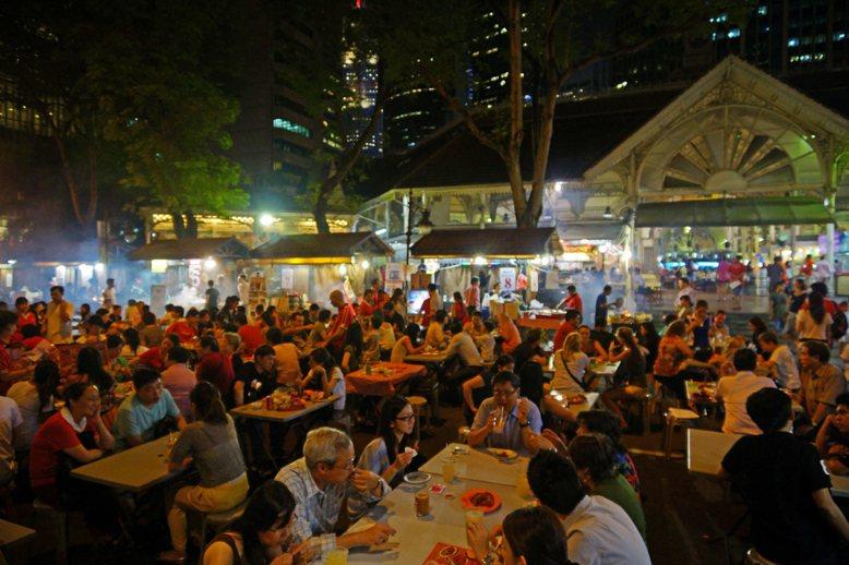 為重現昔日街頭飲食文化,老巴剎附近部分路段每晚封街辦「露天沙嗲盛會」直至深夜。 ...