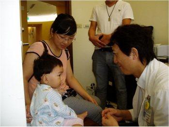 陳光超醫師從事人工耳蝸國際醫療,跨海來台手術的人數已超過三百人。 陳光超醫師提供