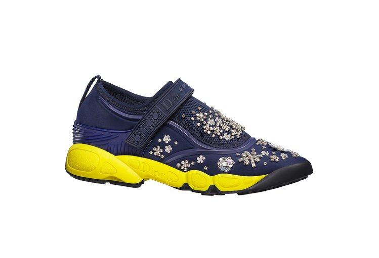 深藍色與黃色鞋底與銀色刺繡Fusion Sneakers。圖/Dior提供