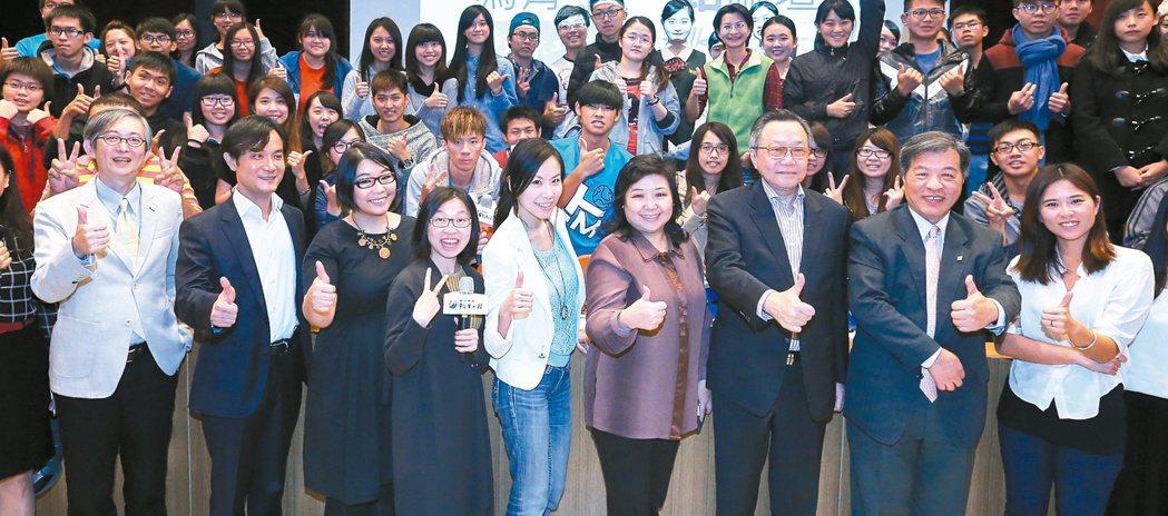 「為青年尋路」論壇昨在高雄樹德科技大學舉行,聯合晚報副總編輯何振忠(左起)、講者...