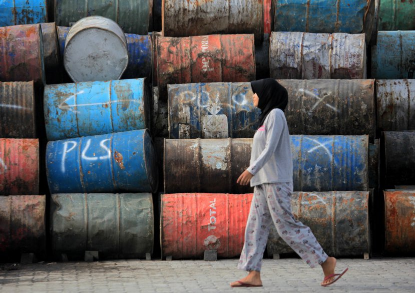 雅加達港口堆存的粗棕櫚油是印尼很大的資產,但大量販售「祖產」的經濟模式不是個划算...