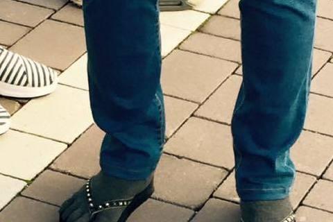 噓編現在人在時尚、精品眾多的義大利,但一個不小心就被這飛遜街頭奇景吸引!Oh My God!夾腳拖配五指襪!噓編馬上想到明若曉溪裡的明曉溪,曾沛慈果然走得很前面!!