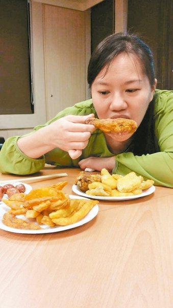 熬夜、常吃燒烤油炸物等不良生活習慣會加速老化。 記者彭宣雅/攝影