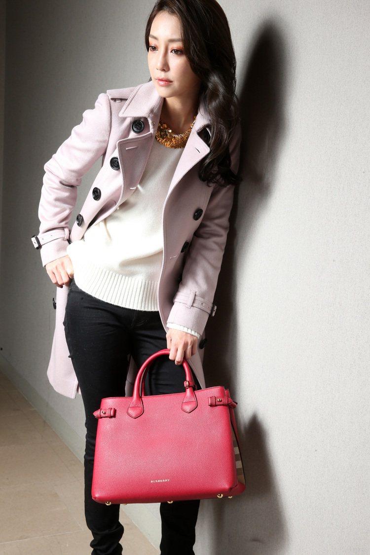 謝欣穎穿BURBERRY粉紫色風衣,百搭實穿又自在,正是英倫時尚的代表作品。記者...