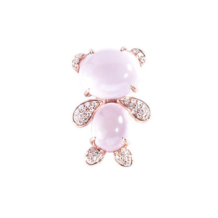 周大福愛心寵物系列玩偶熊芙蓉石鑲鑽墜飾,20,200元。圖/周大福提供