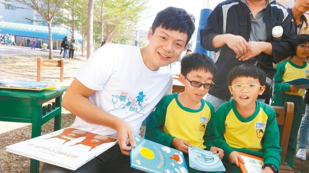 閱讀希望陳宥達(左)罹癌開刀治療後,更懂得珍惜生命,投入關懷偏鄉兒童閱讀。 ...