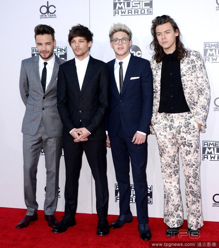 男孩團體一世代的 Harry Styles(右一)在全美音樂獎上搶穿GUCCI春...