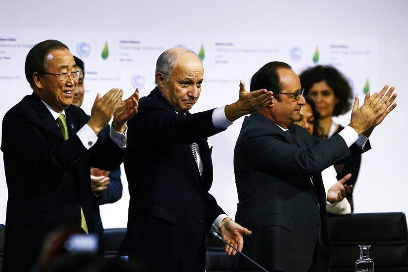 協議通過!(左起:聯合國秘書長潘基文、法國外長法比尤斯、法國總統歐蘭德。) 圖/...