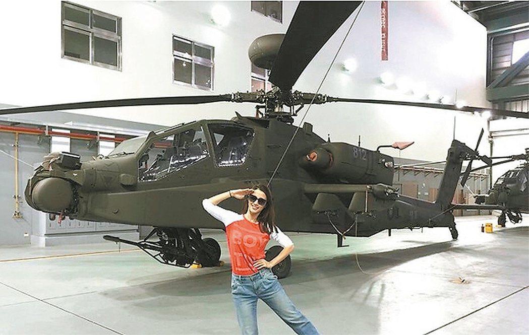 李蒨蓉參觀阿帕契並拍下爆紅的單腳敬禮照。 圖/摘自李蒨蓉臉書