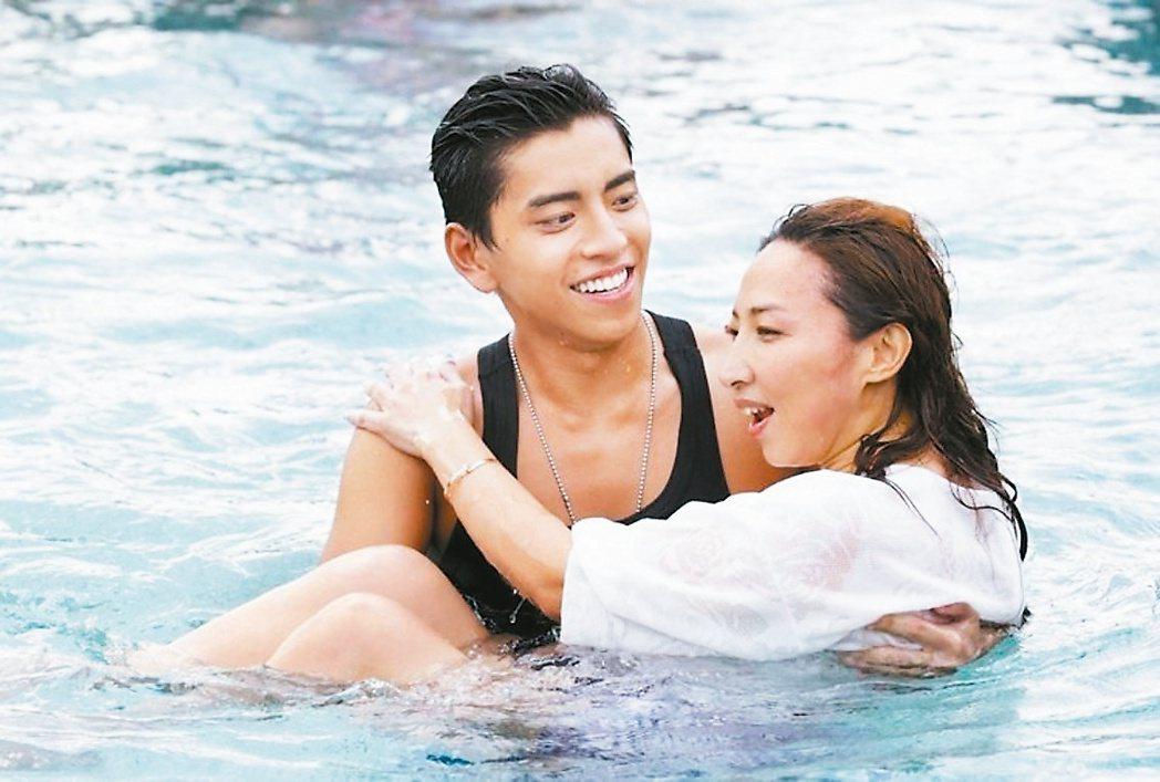 「我的少女時代」男主角王大陸抱著導演陳玉珊。 圖/報系資料照。