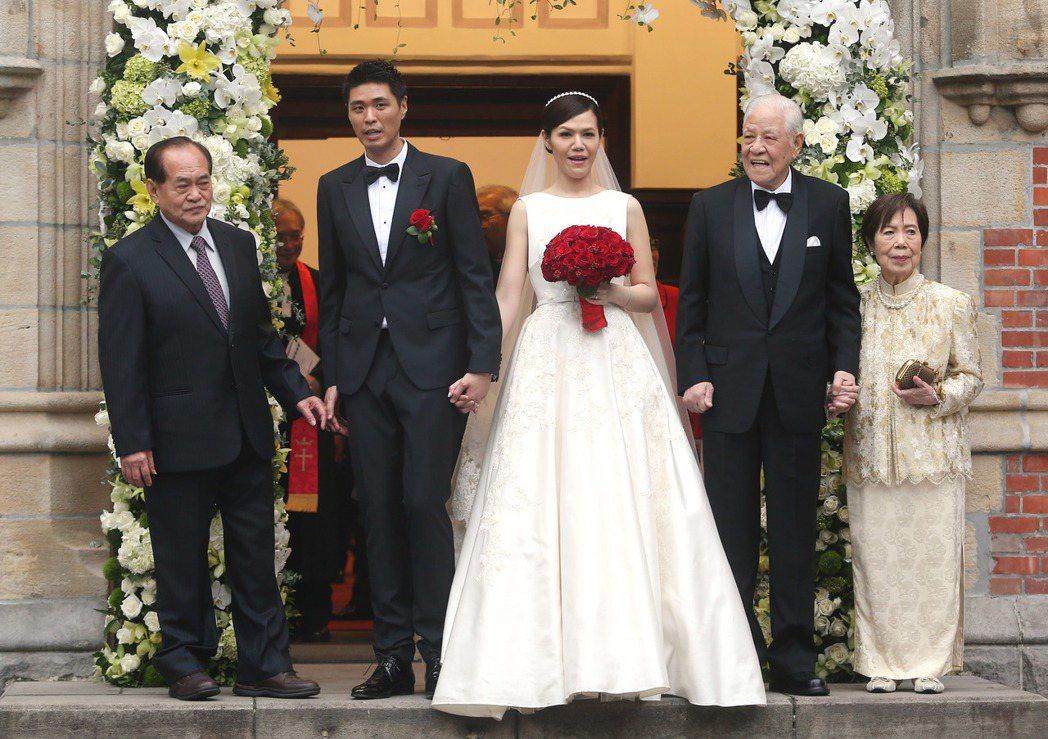 前總統李登輝(右二)孫女李坤儀(中)與交往7年的未婚夫趙贊凱(左二)大喜完婚,並...